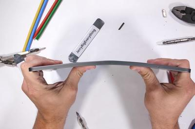 iPad Pro mới cong vênh, Apple nói cố tình làm thế