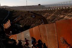 Hạ viện Mỹ chuẩn chi hàng tỷ đô cho ông Trump xây tường biên giới