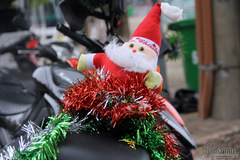 Những ông già Noel lượn khắp phố và giấc mơ đứt gãy của trẻ Việt