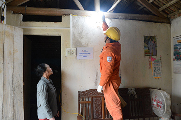 16.000 hộ nghèo được lắp đặt điện miễn phí