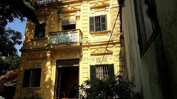 Đây là căn biệt thự nằm trên mảnh đất rộng 300m2 thuộc sở hữu của gia đình ông Phạm Khắc Tiệp (SN 1949) ở thôn Nha Xá, Mộc Nam, Duy Tiên, Hà Nam. Bên ngoài, căn biệt thự gần như giữ được nguyên vẹn nét kiến trúc thời kỳ Pháp thuộc.
