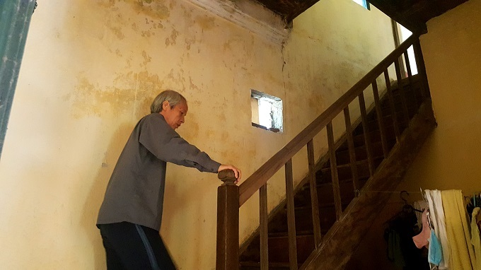Cầu thang và mặt sàn tầng hai cũng được làm bằng gỗ lim. Căn biệt thự này ấm vào mùa đông và mát mẻ vào mùa hè.Ông Tiệp kể: