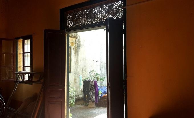 Tất cả các cánh cửa ra vào, cửa sổ và cửa thông gió trong biệt thự đều được làm từ gỗ lim. Trải qua gần 100 năm nhưng hệ thống cửa vẫnchắc chắn,chưa có dấu hiệu bị mối mọt.