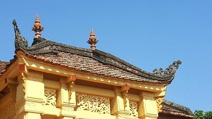 Góc mái được làm cong uốn ngược, có hình rồng phía góc. Theo thời gian in trên tường, căn biệt thự được xây dựng năm 1933.