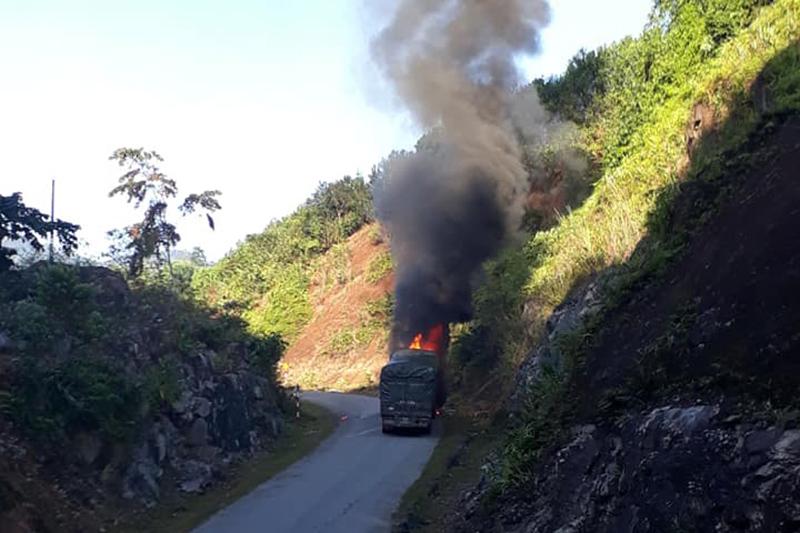 Cháy nghi ngút xe tải chở gạo hỗ trợ người nghèo