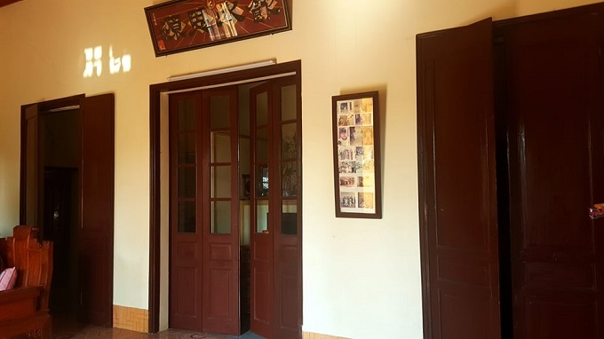 Bên trong căn biệt thự được ngăn cách thành 2 gian. Gian phía trong để thờ cúng, gian ngoài được bố bà An dùng làm nơi bốc thuốc, tiếp khách.