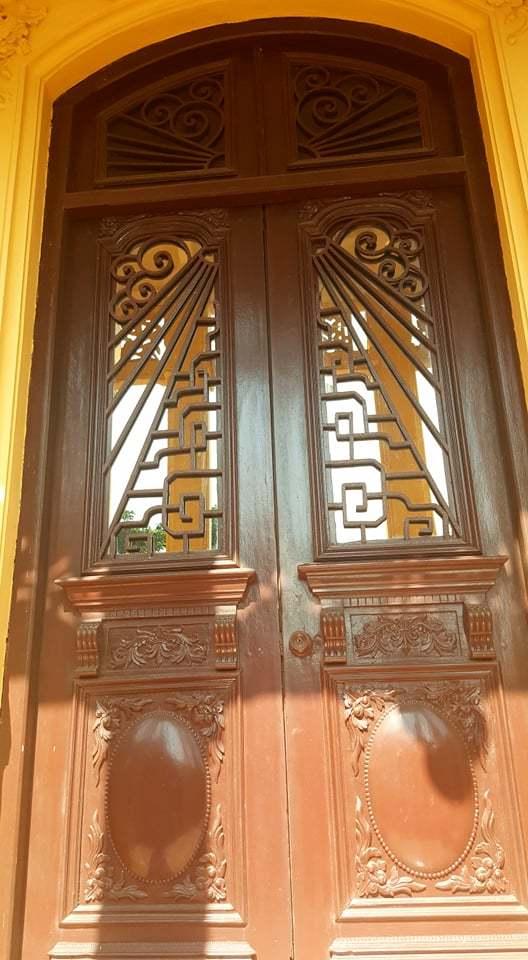 Cánh cửa bằng gỗ lim nguyên khối, chạm trổ hoa văn nổi, có chiều cao hơn 2 mét.