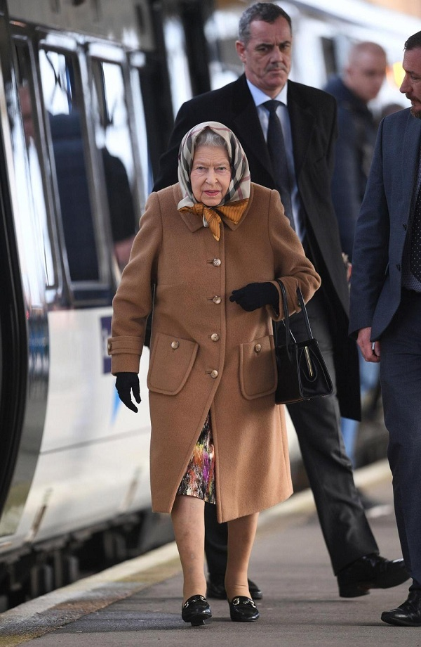 Hình ảnh Nữ hoàng Anhngồitàu hỏa đi nghỉ Giáng sinh