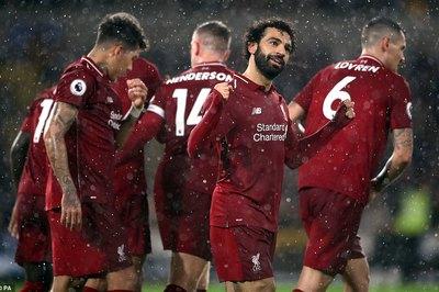 """Salah hóa """"ông già Noel"""", Liverpool xây chắc ngôi đầu"""