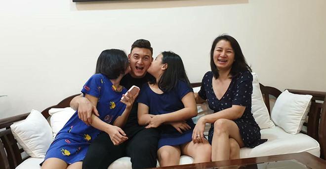 Đặng Văn Lâm bịn rịn chia tay chị gái Linh Nga đi tập trung đội tuyển