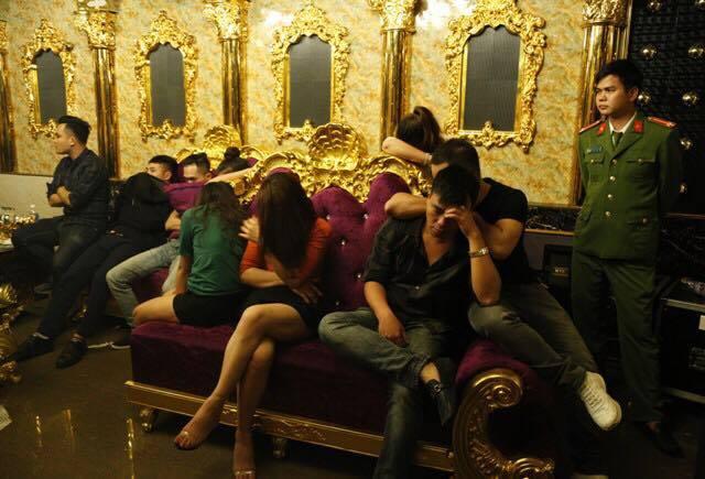 Bắt phó GĐ ngân hàng cùng 2 cô giáo đang phê trong tiệc ma tuý