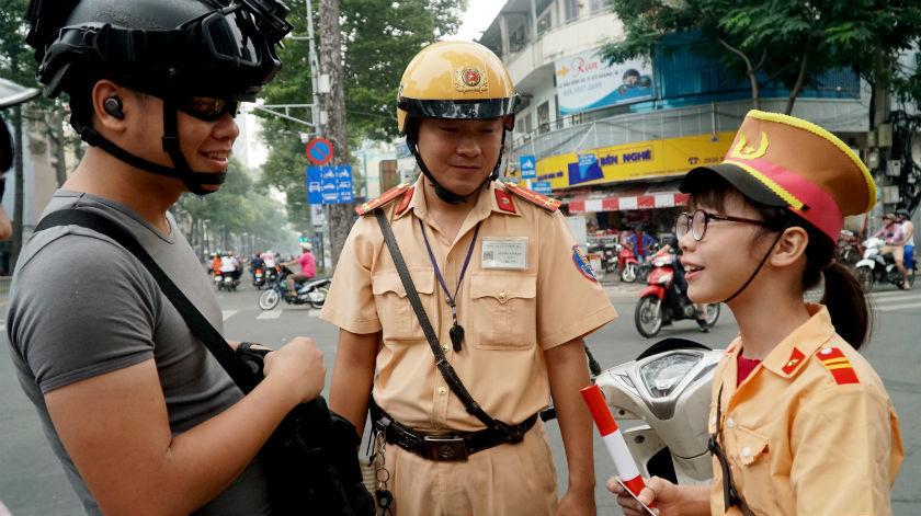 Một ngày làm cảnh sát giao thông của học trò Sài Gòn