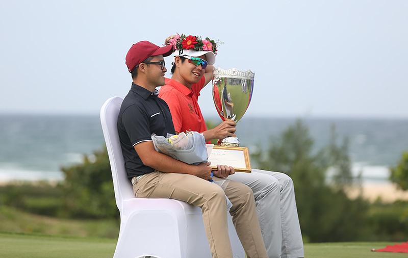 Khoảnh khắc nâng cúp của Annop tại FLC Vietnam Masters 2018