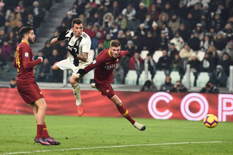 Ronaldo 'tịt ngòi', Mandzukic giúp Juventus vô địch lượt đi