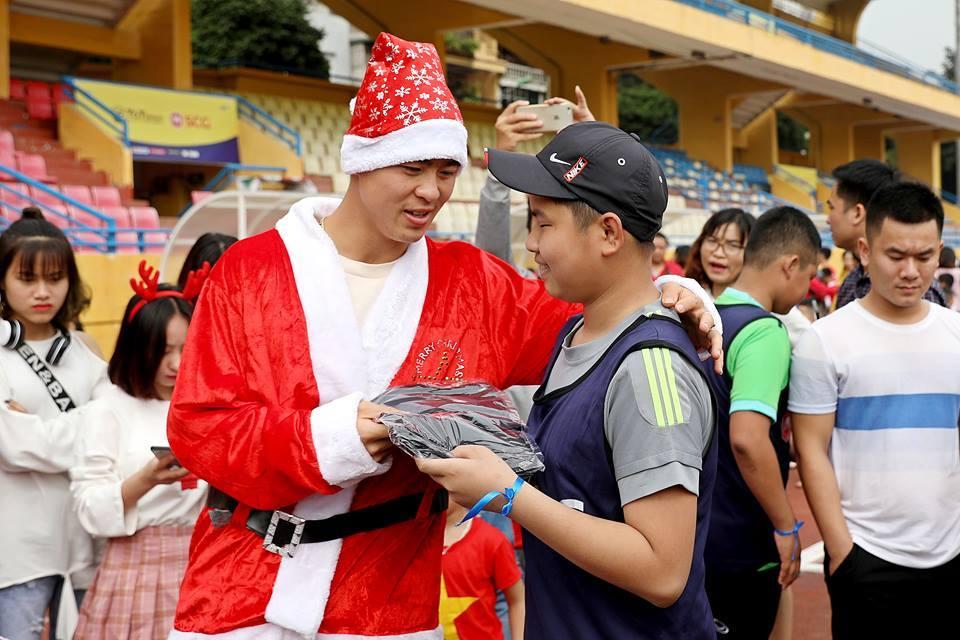 Duy Mạnh, Đức Huy hoá ông già Noel tặng quà fan nhí