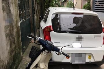 Ngán ngẩm cảnh đỗ xe thiếu ý thức của một số người Việt