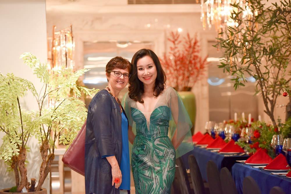 MC Nguyệt Ánh diện đồ quyến rũ đón Noel tại Hà Nội