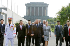 Hình ảnh Chủ tịch Duma Nga thăm nhà sàn, viếng lăng Bác