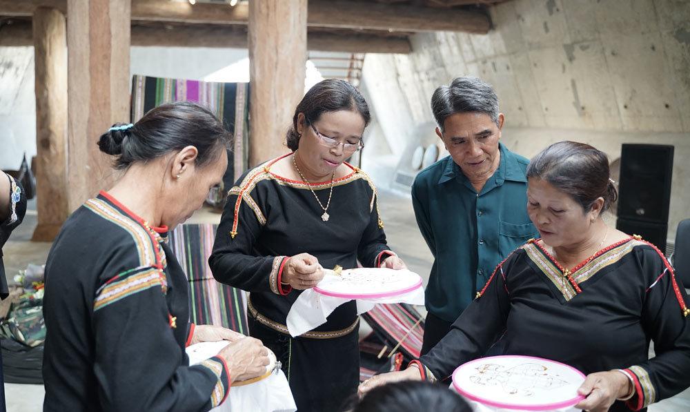 Batik,Thổ cẩm Ê đê,giao lưu văn hóa