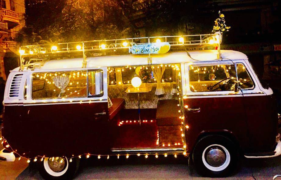 Lung linh chiếc xe cổ Volkswagen độ thành ngôi nhà Noel