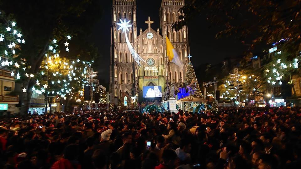 Đêm Noel đông như nêm, tắc mọi phố dẫn đến Nhà thờ Lớn