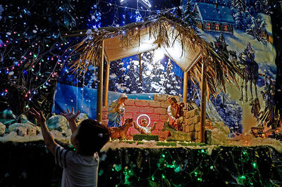 Hẻm nhỏ chật chội đến phố lớn Sài Gòn huyền ảo đón lễ Giáng sinh