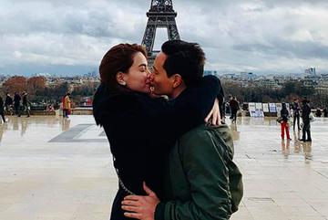 Kim Lý hôn Hà Hồ say đắm dưới tháp Eiffel ngày Giáng sinh