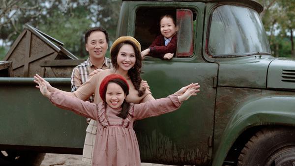 MC Mỹ Lan hiếm hoi khoe ảnh cùng chồng và hai con
