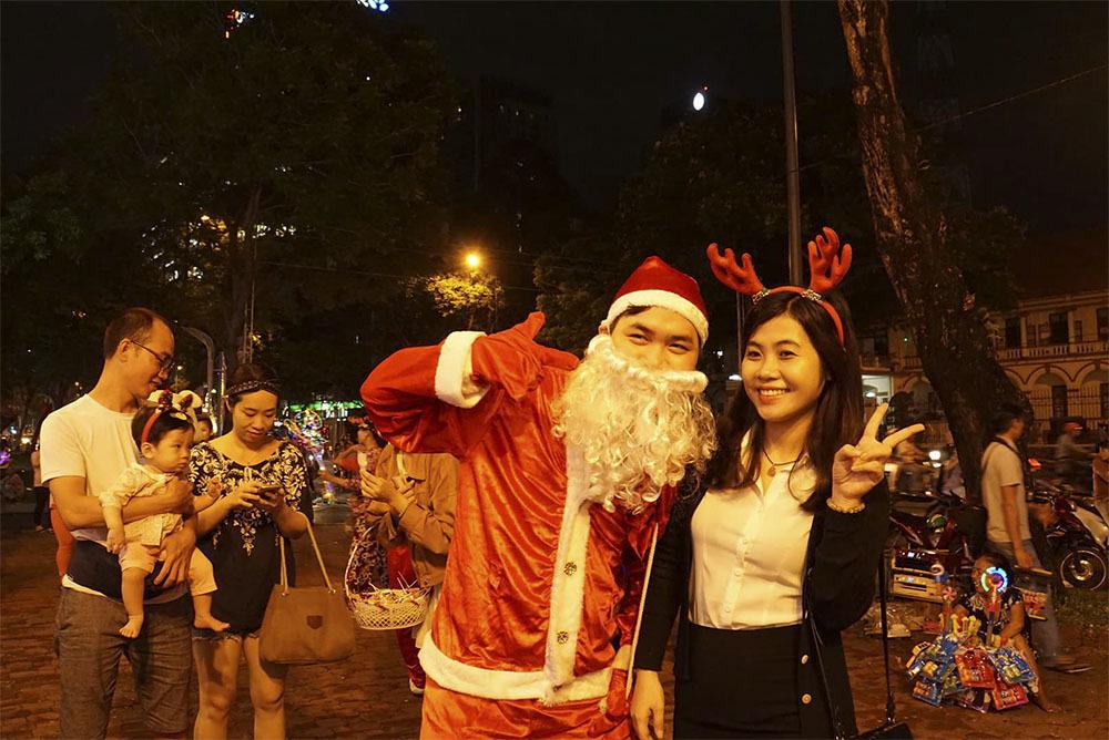 Hot girl Sài Gòn, Hà Nội 'mọc sừng' dạo phố đêm Noel
