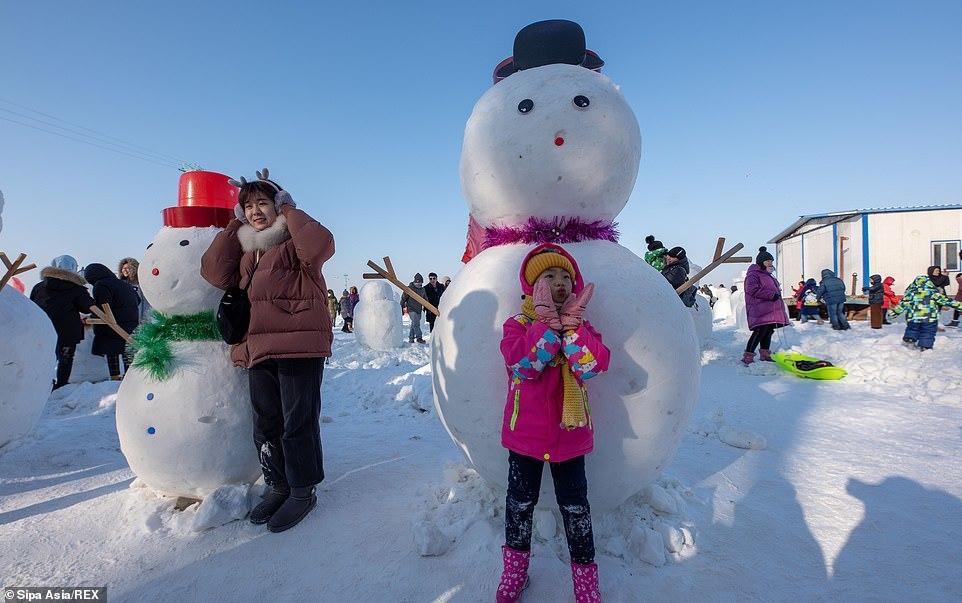 Dân Trung Quốc đua nhau đắp hàng ngàn người tuyết