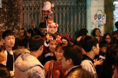 Người người đổ đi chơi Giáng sinh, đường phố đông nghẹt thở, trẻ nhỏ được bế trên vai cha mẹ