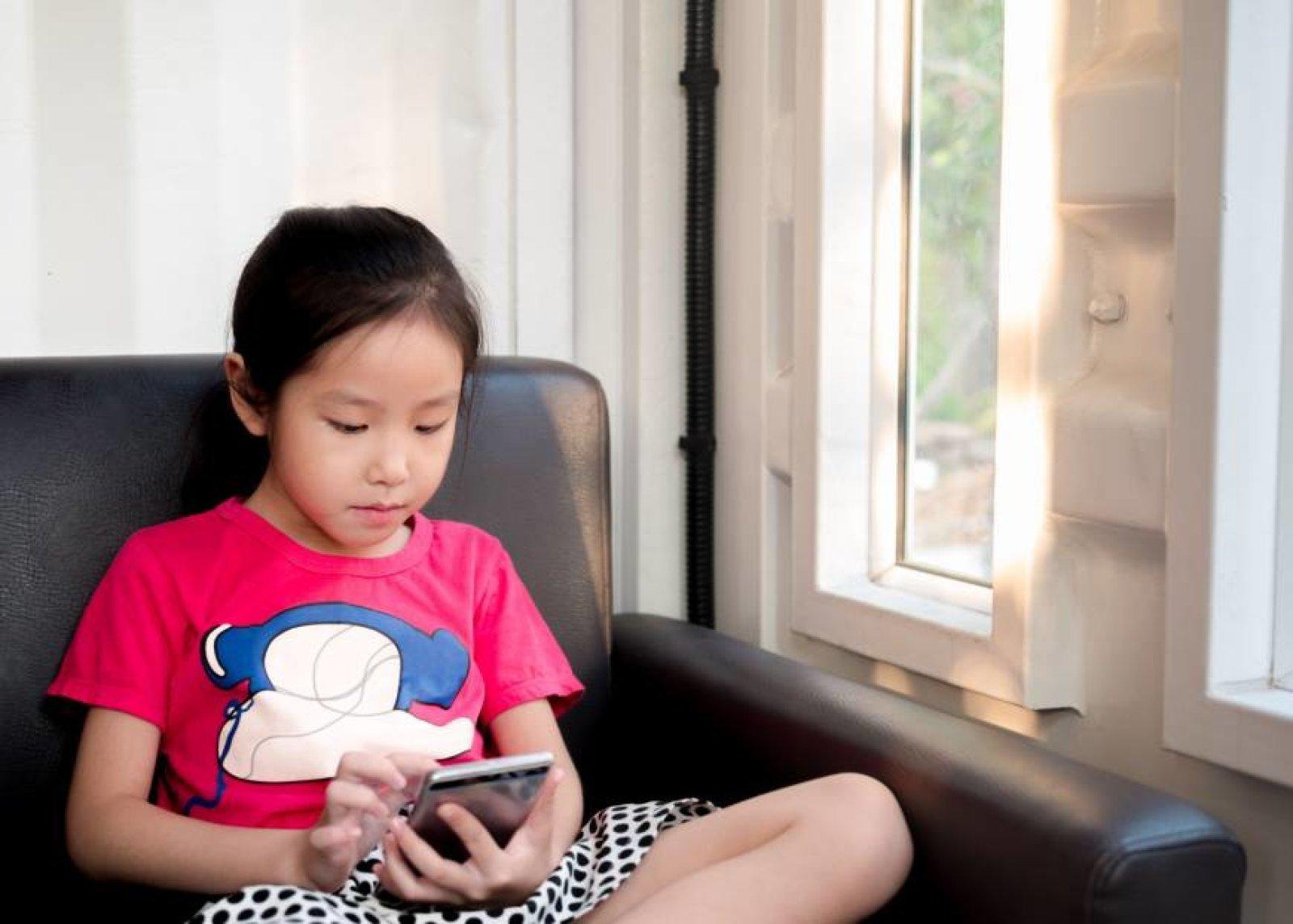 Nhật Bản cho rằng smartphone đang làm hỏng thị lực học sinh