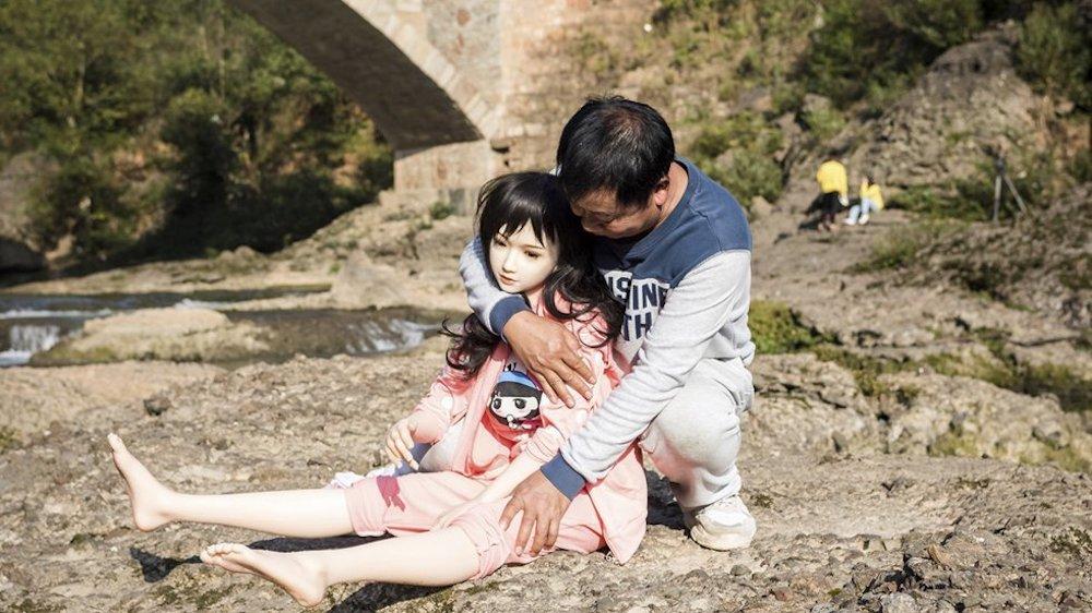 """Ông Yu Zhenguo cùng 1 trong những """"cô con gái"""" của mình. (Ảnh: SCMP)"""
