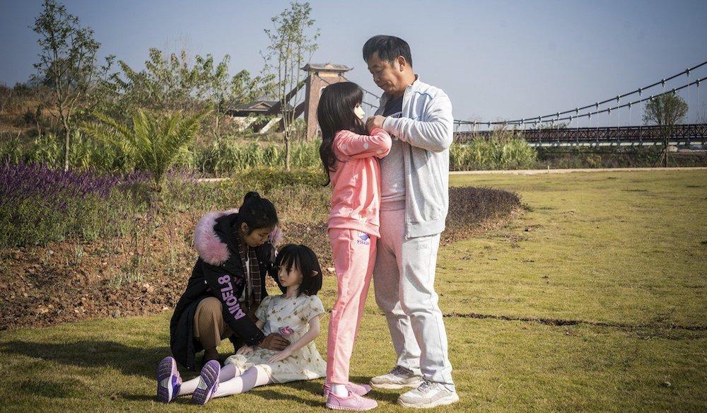 """Ông Yu thường xuyên đưa """"các con"""" đi chơi, mua sắm. (Ảnh: SMCP)"""