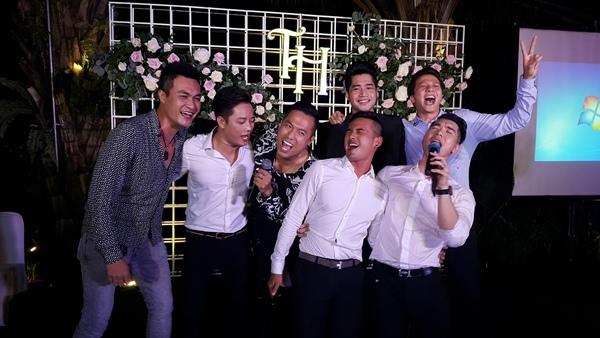 Các người mẫu nam nổi tiếng một thời cùng lên sân khấu hát mừng đàn em.