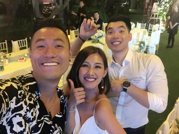 Người mẫu Quang Hòa nghịch ngợm chụp hình selfie với chú rể.