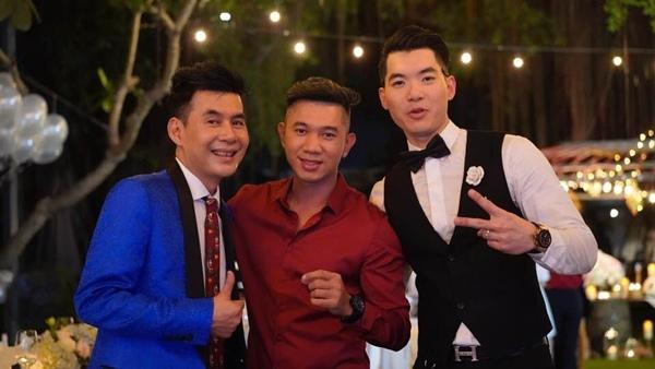 Ca sĩ Đoan Trường và Lương Bằng Quang chụp hình cùng chú rể.