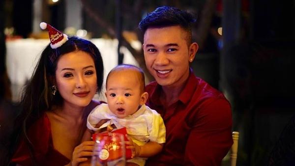 Lương Bằng Quang và bạn gái Ngân 98 dự tiệc cưới. Cả hai chụp hình cùng con của Thúy Diễm và Lương Thế Thành.