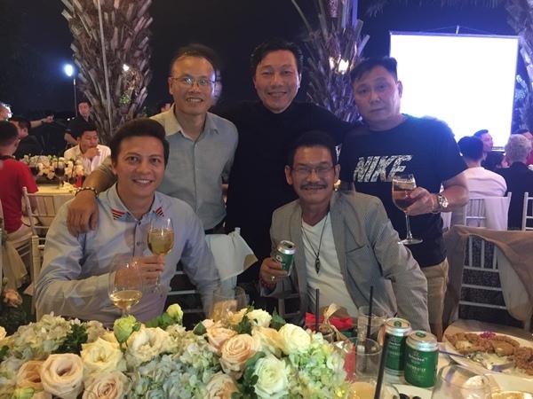 Diễn viên Hoàng Anh (ngoài cùng, bên trái) cũng có mặt tham gia tiệc mừng.
