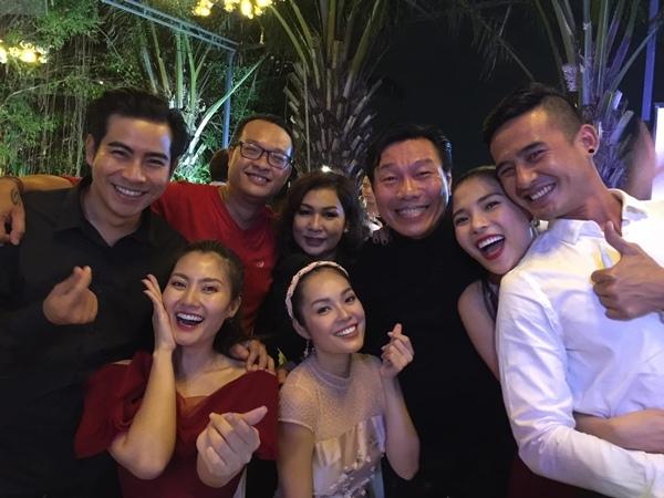 Vợ chồng Thanh Bình - Ngọc Lan, Thúy Diễm - Lương Thế Thành, diễn viên Kiến An đã tới chúc mừng đàn em nhân ngày hạnh phúc. Cả nhóm cùng tụ tập chụp hình chung vui vẻ trong tiệc mừng cũng là là dịp Giáng sinh đầy ý nghĩa.