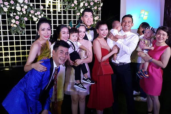 Á hậu Trịnh Kim Chi (ngoài cùng, bên trái), Dương Cẩm Lynh tới dự tiệc mừng của Nam Thành và vợ.