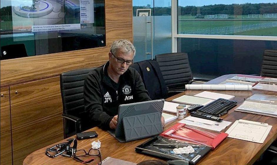 MU dọn sạch phòng làm việc Mourinho chỉ trong 5 phút