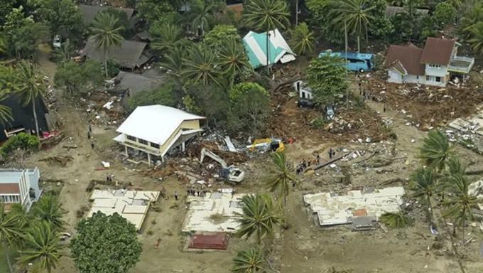 Nạn nhân sóng thần Indonesia oằn mình chống chọi đe dọa mới