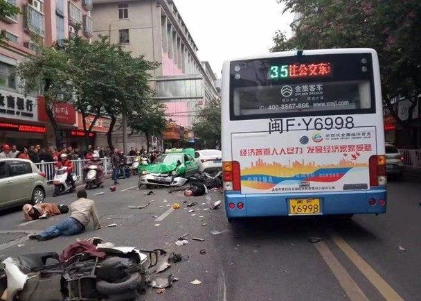 Kinh hoàng vụ cướp xe buýt, đâm vào đám đông ở TQ