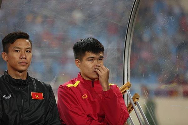 Lục Xuân Hưng chống nạng, bật khóc vì chia tay tuyển Việt Nam