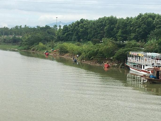 Bỏ xe máy trên cầu, nữ giáo viên về hưu nhảy sông tự tử