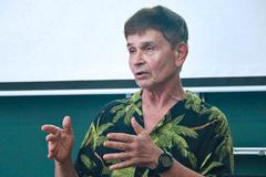 Giáo sư Mỹ chỉ ra tâm lý sính bằng ngoại của người Việt