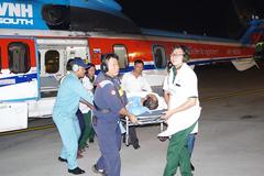Trực thăng bay trong đêm đưa bệnh nhân từ Trường Sa về đất liền cứu chữa