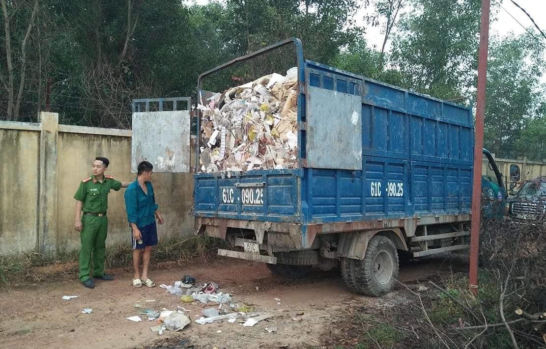 Xe tải nối đuôi từ Bình Dương sang Đồng Nai đổ trộm trăm tấn rác