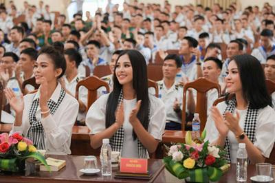 Hoa hậu Tiểu Vy tặng sách ở Học viện Hải quân Nha Trang
